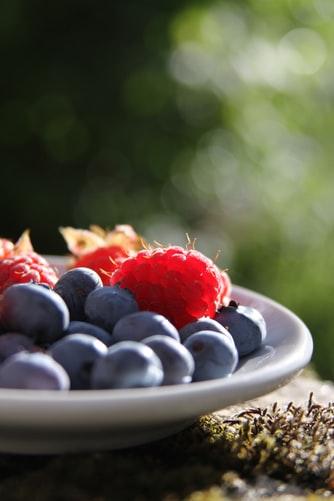 En skål med hindbær og jordbær
